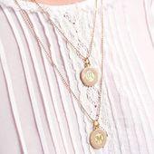 Médaille d'amour ♡ Quelle lettre allez-vous choisir ? Petit must: vous pouvez également choisir votre chaîne ! Chaîne fine boules facettées ou chaîne fine simple, différentes longueurs... Psssst par ici pour craquer: www.sirjane-bijoux.com#sirjane #sirjanebijoux #medailledamour #medailleemaillee #nude #bijoux #faitmain #artisan #artisanat #artisanatfrançais #madeinfrance #bijouxdecreateur #medailleinitiale #medaille #collier #createur #lyon #jewels #lyoncreateur #createurlyonnais #necklace #email #faitavecamour