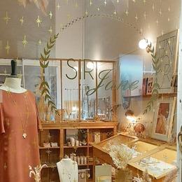 ☆ M a g i e d e N o ë l ☆ La boutique SIRJane s'est parée d'étoiles d'or 🌟 Je suis heureuse de vous accueillir dans mon univers en cette période magique ♡ De belles idées cadeaux: pour offrir avec le coeur des produits faits avec amour. . . #sirjane #sirjanebijoux #bijoux #bijouxcreateur #lyonshopping #lyon6 #artisan #artisanatfrancais #artisanat #artisanfrancais #faitmain #madeinfrance #cosmetiquenaturelle #douceurdulac #revuesoror #soror #poussieredesrues #ceramique #entreclaireterre #maroquineriefrancaise #petitemaroquinerie #cuir #fleurssechees #lebosquetfleurs #anneponsoye #ideecadeau #noel #magiedenoel