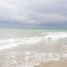 Quand le soleil transperce les nuages...la mer s'illumine ! . . #ilederé #lacouarde #meragitée #contrastes #pastels