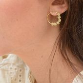 Délicatesse des créoles CARLA 🌿 #sirjane #sirjanebijoux #jewels #handmade #madeinfrance #earrings #goldenflowers #gold #creoles #bouclesdoreilles #bijoux #bijouxdecreateur #artisanatfrançais #artisanat #artisan #faitmain #summermood #newcollection #createurdebijoux #createur #faitavecamour