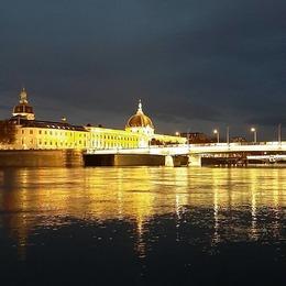 Lyon ville lumière 🌟 Confinement lyonnais...s'émerveiller encore de la beauté de cette ville lors de promenades nocturnes ♡ . . #lyon #quaidurhone #hoteldieu #villelumiere #bergesdurhone #magique #semerveiller #lyonbynight
